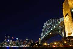 Passerelle de Sydney Habour la nuit Images libres de droits