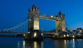 Passerelle de tour à Londres la nuit Image libre de droits
