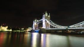 Passerelle de tour à Londres la nuit Photographie stock libre de droits