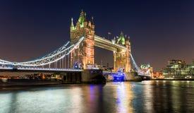 Passerelle de tour à Londres par nuit Images libres de droits