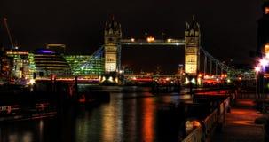 Passerelle de tour de Londres la nuit Images libres de droits