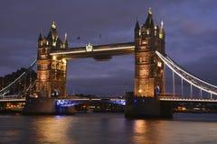 Passerelle de tour de Londres la nuit photos libres de droits