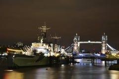 Passerelle de tour de Londres la nuit photo libre de droits