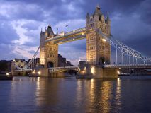 Passerelle de tour de Londres par nuit Image libre de droits