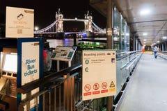Passerelle de tour de Londres par nuit photographie stock