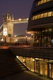 Passerelle de tour et hôtel de ville la nuit Photos libres de droits