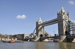 Passerelle de tour et la ville de Londres Images libres de droits