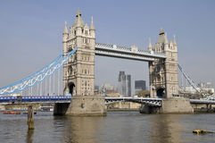 Passerelle de tour et la ville de Londres Photo stock