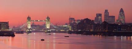 Passerelle de tour et ville de Londres avec les soleils rouge-foncé Images libres de droits