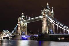 Passerelle de tour la nuit image libre de droits