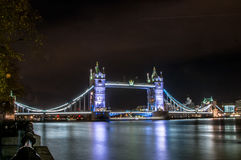 Passerelle de tour la nuit images libres de droits