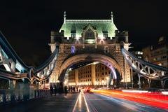 Passerelle de tour de Londres la nuit image libre de droits