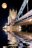 Passerelle de tour, Londres la nuit Photographie stock libre de droits