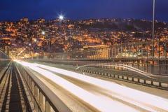 Passerelle de Tromso à la ville au crépuscule Photographie stock libre de droits