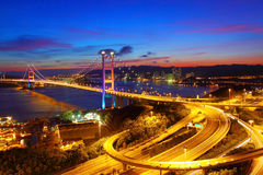 Passerelle de Tsing mA à Hong Kong la nuit Photo stock