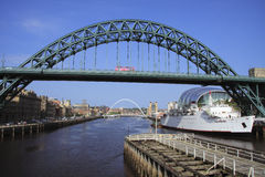 Passerelle de Tyne et bus rose Images libres de droits
