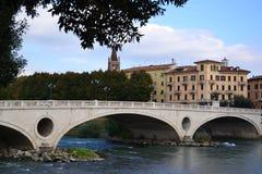 Passerelle de Vérone et le fleuve d'Adige Image libre de droits