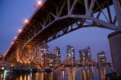 Passerelle de ville la nuit Photos libres de droits