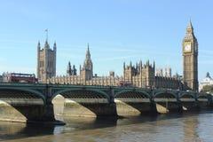 Passerelle de Westminster et les Chambres du Parlement. Images stock