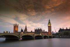 Passerelle de Westminster et les Chambres du Parlement Images libres de droits