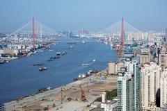 Passerelle de Yangpu et fleuve de Huangpu, Changhaï Photographie stock libre de droits