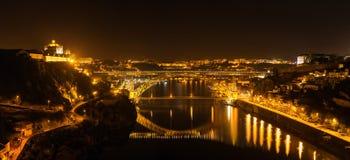 Passerelle des DOM Luis illuminée la nuit Porto, Portugal Europe occidentale Photographie stock libre de droits