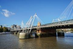 Passerelle dorate di giubileo del ` s della regina attraverso il Tamigi in cielo blu a Londra Immagini Stock Libere da Diritti