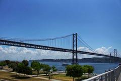 Passerelle du 25 avril à Lisbonne Photographie stock