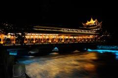Passerelle du sud de barrage de Dujiangyan la nuit Images libres de droits