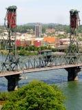 Passerelle en acier au-dessus de fleuve de Willamette portland images stock