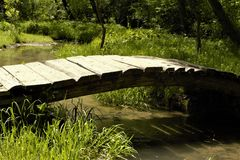 Passerelle en bois à travers le fleuve Images stock