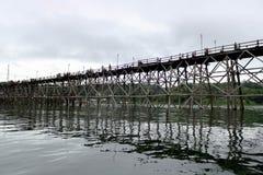 Passerelle en bois à travers le fleuve image stock