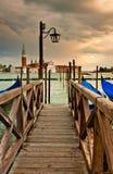 Passerelle en bois à Venise images libres de droits