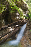Passerelle en bois au-dessus d'une cascade photos stock