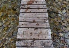 Passerelle en bois au-dessus d'une rivière Photos libres de droits