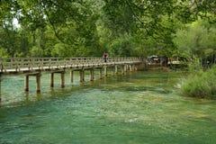 Passerelle en bois au-dessus de fleuve de Krka Photo libre de droits