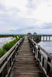 Passerelle en bois au-dessus de lac lotus photos stock