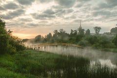 Passerelle en bois au-dessus du fleuve Photo stock