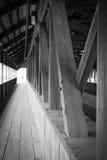 Passerelle en bois couverte Photo libre de droits