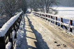Passerelle en bois couverte de neige Photographie stock libre de droits
