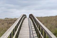Passerelle en bois dans les dunes Photo stock