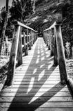 Passerelle en bois dans les montagnes Photographie stock libre de droits