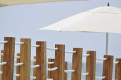 Passerelle en bois et parasol Photographie stock