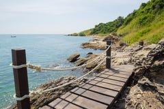 Passerelle en bois vers la mer Photographie stock libre de droits
