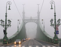 Passerelle en brouillard de l'hiver, Budapest Photo libre de droits