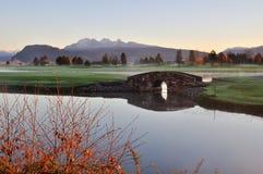 Passerelle en pierre au-dessus de crique sur le terrain de golf Photo libre de droits