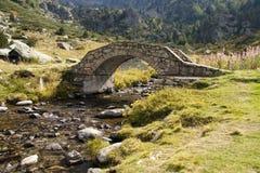 Passerelle en pierre au-dessus de fleuve photos libres de droits