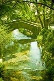 Passerelle en pierre au-dessus de fleuve Photo libre de droits