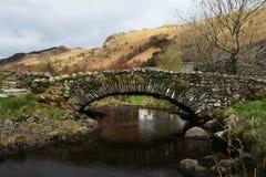 Passerelle en pierre dans le district anglais de lac photographie stock libre de droits