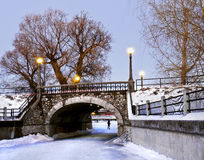Passerelle en pierre de l'hiver Photographie stock libre de droits